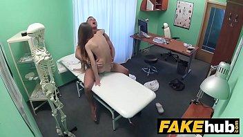 studentessa trombata dal medico sul lettino
