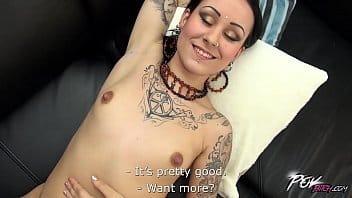 deliziosa ragazza tatuata si fa trombare godendo come una troietta