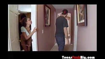stupenda moglie eccitata scopa l'amante con il marito in casa