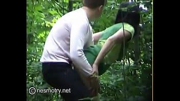 guardone riprende donne pisciare tra i boschi e coppiette trombare