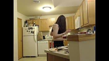 zoccola culona seduce con le sue forme e si fa scopare dopo pranzo