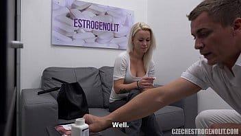 eccitata dalla pillola seduce e tromba con il dottore che la porta all'orgasmo