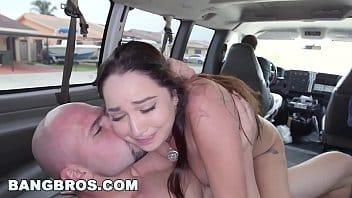 giovane morbida sale sul bus per farsi scopare fino all'orgasmo